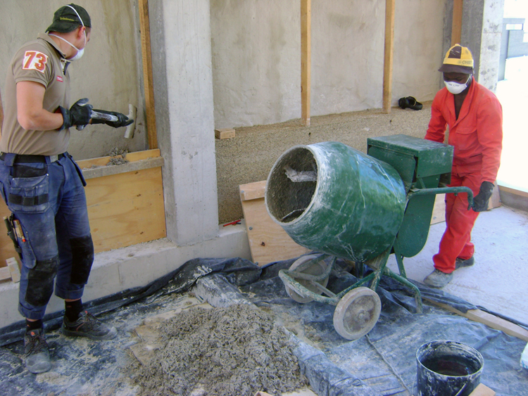 Filling the mixture into the shuttering